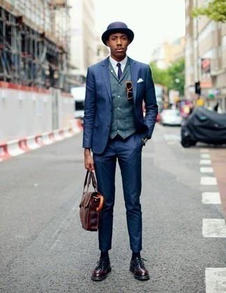 Dunkelrote Leder Derby Schuhe kombinieren: trends 2020: Tragen Sie einen dunkelblauen Anzug und eine blaue Weste für eine klassischen und verfeinerte Silhouette. Wenn Sie nicht durch und durch formal auftreten möchten, ergänzen Sie Ihr Outfit mit dunkelroten Leder Derby Schuhen.