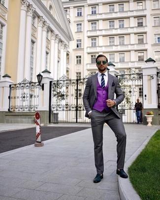 Lila Weste kombinieren – 7 Herren Outfits: Erwägen Sie das Tragen von einer lila Weste und einem dunkelgrauen Anzug für eine klassischen und verfeinerte Silhouette. Fühlen Sie sich ideenreich? Entscheiden Sie sich für dunkelblauen Leder Slipper.