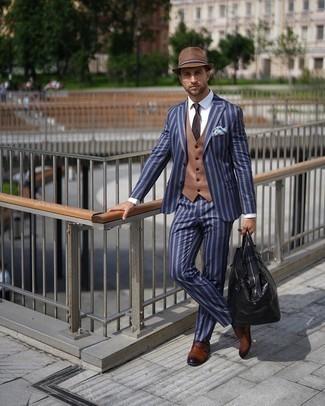 Braune Doppelmonks aus Leder kombinieren – 429 Herren Outfits: Kombinieren Sie einen blauen vertikal gestreiften Anzug mit einer beige Weste, um vor Klasse und Perfektion zu strotzen. Suchen Sie nach leichtem Schuhwerk? Vervollständigen Sie Ihr Outfit mit braunen Doppelmonks aus Leder für den Tag.