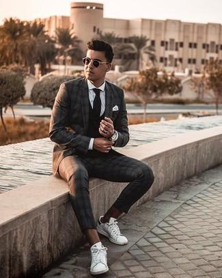 Weißes Einstecktuch kombinieren – 500+ Herren Outfits: Tragen Sie einen dunkelgrauen Anzug mit Schottenmuster und ein weißes Einstecktuch, um mühelos alles zu meistern, was auch immer der Tag bringen mag. Weiße und schwarze Leder niedrige Sneakers sind eine kluge Wahl, um dieses Outfit zu vervollständigen.