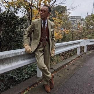 60 Jährige: Dunkelbraunen Ledergürtel kombinieren – 66 Herren Outfits: Tragen Sie einen olivgrünen Anzug mit Karomuster und einen dunkelbraunen Ledergürtel, um mühelos alles zu meistern, was auch immer der Tag bringen mag. Entscheiden Sie sich für braunen Wildleder Derby Schuhe, um Ihr Modebewusstsein zu zeigen.