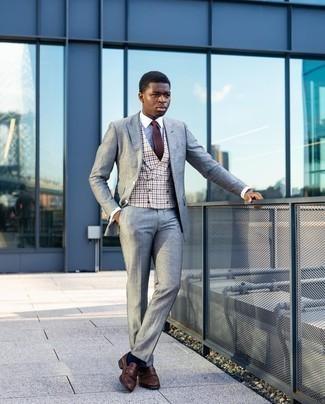 Braune Strick Krawatte kombinieren – 77 Herren Outfits: Vereinigen Sie einen grauen Anzug mit einer braunen Strick Krawatte für eine klassischen und verfeinerte Silhouette. Machen Sie diese Aufmachung leger mit braunen Leder Slippern mit Fransen.