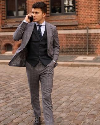 Graue Socken kombinieren – 500+ Herren Outfits: Paaren Sie einen grauen Anzug mit Schottenmuster mit grauen Socken für ein Alltagsoutfit, das Charakter und Persönlichkeit ausstrahlt. Fühlen Sie sich ideenreich? Wählen Sie dunkelbraunen Doppelmonks aus Leder.