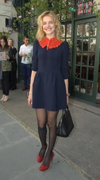 Wie kombinieren: dunkelblaues ausgestelltes Kleid, rote Leder Pumps, schwarze Shopper Tasche aus Leder, schwarze Strumpfhose