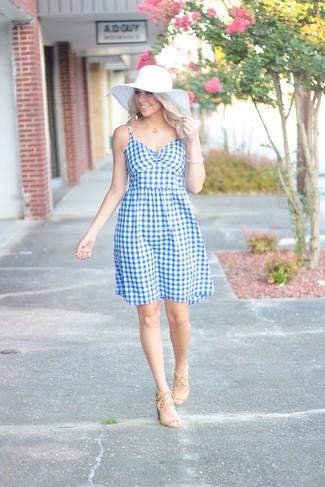 Wie kombinieren: hellblaues ausgestelltes Kleid mit Vichy-Muster, hellbeige Wildleder Sandaletten, weißer Strohhut, weißes Armband