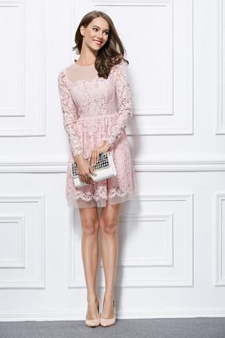 Wie kombinieren: rosa ausgestelltes Kleid aus Spitze, hellbeige Leder Pumps, weiße verzierte Leder Clutch, schwarzer Ring