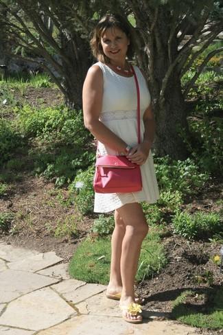 weißes ausgestelltes Kleid, gelbe Leder Zehentrenner, fuchsia Leder Umhängetasche, fuchsia Halskette für Damen