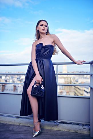 Wie kombinieren: dunkelblaues Seide Ballkleid mit Schlitz, silberne Leder Pumps, dunkelblaue verzierte Leder Clutch, transparente Halskette