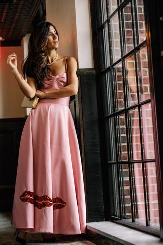 Wie kombinieren: rosa Satin Ballkleid, schwarze Wildleder Pumps, goldene Leder Clutch, weiße Perlenkette