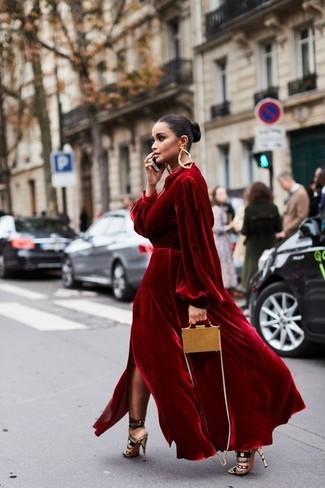 Wie kombinieren: rotes Samt Ballkleid, mehrfarbige Wildleder Sandaletten, beige Leder Umhängetasche, goldene Ohrringe