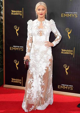 40 Jährige: Outfits Damen 2020: Um eine harmonische Silhouette zu zaubern, entscheiden Sie sich für ein weißes besticktes Tüll Ballkleid. Weiße satin sandaletten sind eine kluge Wahl, um dieses Outfit zu vervollständigen.