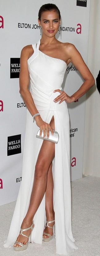 Wie kombinieren: weißes Ballkleid, silberne Leder Sandaletten, silberne Leder Clutch, silbernes Armband