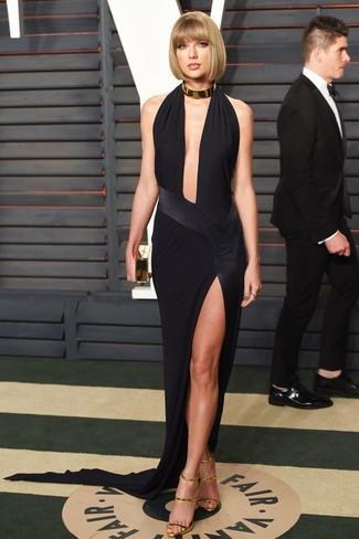 Taylor Swift trägt Schwarzes Ballkleid mit Schlitz, Goldene Leder Sandaletten, Goldene Clutch, Goldene Halskette