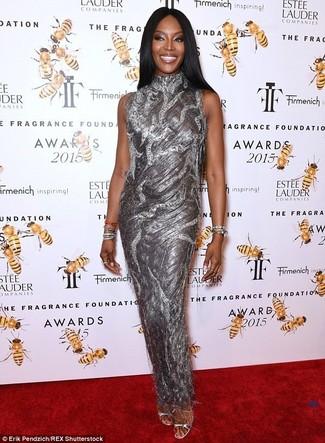 40 Jährige: Outfits Damen 2020: Erwägen Sie das Tragen von einem silbernen Ballkleid, um vor moderne Eleganz und Perfektion zu strotzen. Komplettieren Sie Ihr Outfit mit silbernen leder sandaletten.