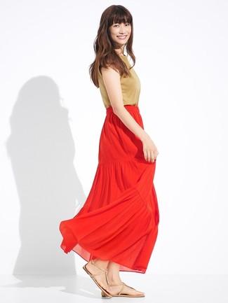 Beige Leder Zehentrenner kombinieren – 39 Damen Outfits: Mit dieser Paarung aus einem beige ärmellosem Oberteil und einem roten Maxirock mit Falten werden Sie die gelungene Balance zwischen geradlinigem Trend-Look und modischem Schick treffen. Fühlen Sie sich mutig? Entscheiden Sie sich für beige Leder Zehentrenner.