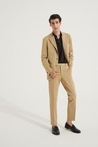 Business Schuhe kombinieren – 500+ Herren Outfits: Paaren Sie einen beige Anzug mit einem dunkelbraunen Polohemd, um einen modischen Freizeitlook zu kreieren. Fühlen Sie sich mutig? Entscheiden Sie sich für Business Schuhe.