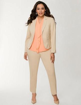 Wie kombinieren: beige Anzug, orange ärmelloses Oberteil aus Seide, beige Leder Pumps