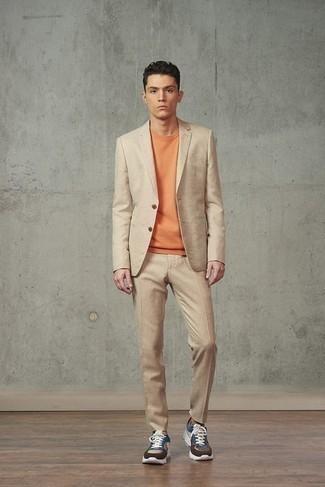 Smart-Casual Outfits Herren 2021: Paaren Sie einen beige Anzug mit einem orange T-Shirt mit einem Rundhalsausschnitt, um einen eleganten, aber nicht zu festlichen Look zu kreieren. Fühlen Sie sich mutig? Komplettieren Sie Ihr Outfit mit mehrfarbigen Sportschuhen.
