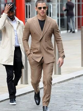 huge selection of 63368 c0ac0 Nick Jonas trägt beige Anzug, schwarzes T-Shirt mit einem ...