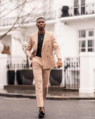 Beige Anzug kombinieren – 500+ Herren Outfits: Die Paarung aus einem beige Anzug und einem schwarzen T-Shirt mit einem Rundhalsausschnitt ist eine gute Wahl für einen Tag im Büro. Ergänzen Sie Ihr Outfit mit schwarzen Samt Slippern, um Ihr Modebewusstsein zu zeigen.