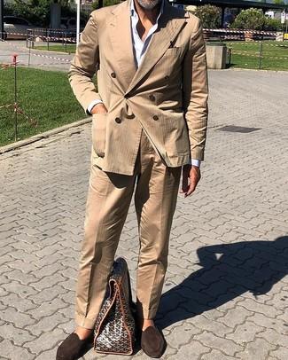 Beige Anzug kombinieren: trends 2020: Paaren Sie einen beige Anzug mit einem weißen Businesshemd, um vor Klasse und Perfektion zu strotzen. Fühlen Sie sich mutig? Wählen Sie dunkelbraunen Wildleder Slipper.