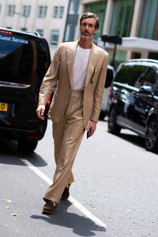 Wie kombinieren: beige Anzug, weißes T-Shirt mit einem Rundhalsausschnitt, dunkelbraune Wildleder Slipper