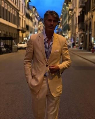 Wie kombinieren: beige Anzug, weißes und dunkelblaues vertikal gestreiftes Businesshemd