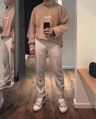 Hellbeige Chinohose kombinieren – 500+ Herren Outfits: Kombinieren Sie ein beige bedrucktes Langarmshirt mit einer hellbeige Chinohose, um einen lockeren, aber dennoch stylischen Look zu erhalten. Fühlen Sie sich mutig? Vervollständigen Sie Ihr Outfit mit grauen bedruckten hohen Sneakers aus Segeltuch.