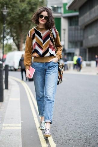 Silberne Slip-On Sneakers aus Leder kombinieren – 10 Damen Outfits: Wenn Sie nach dem idealen lockeren Look suchen, entscheiden Sie sich für einen beige Pullover mit einem Rundhalsausschnitt mit Chevron-Muster und hellblauen Jeans. Silberne Slip-On Sneakers aus Leder sind eine großartige Wahl, um dieses Outfit zu vervollständigen.