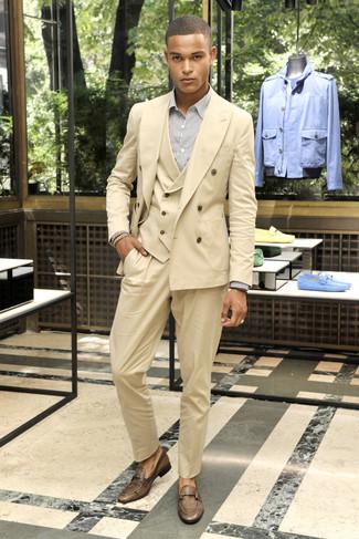 Wie kombinieren: beige Dreiteiler, weißes vertikal gestreiftes Businesshemd, braune Leder Slipper