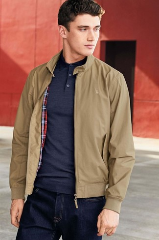 Wie kombinieren: beige Harrington-Jacke, dunkelblaues Polohemd, dunkelblaue Jeans