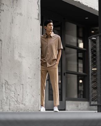 Beige Kurzarmhemd kombinieren – 265 Herren Outfits: Vereinigen Sie ein beige Kurzarmhemd mit einer beige Chinohose für einen bequemen Alltags-Look. Weiße Segeltuch niedrige Sneakers sind eine gute Wahl, um dieses Outfit zu vervollständigen.