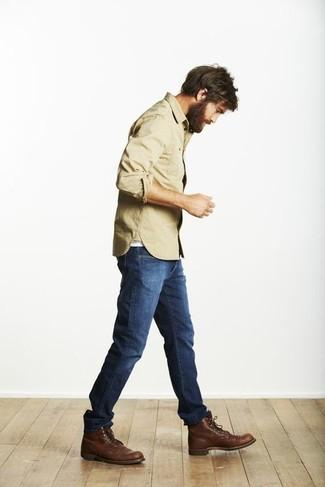Kombinieren Sie ein beige Langarmhemd mit blauen Jeans, um mühelos alles zu meistern, was auch immer der Tag bringen mag. Fühlen Sie sich ideenreich? Vervollständigen Sie Ihr Outfit mit einer dunkelbraunen lederfreizeitstiefeln.
