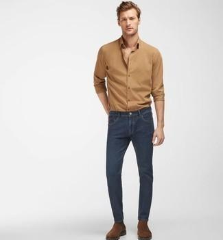 Beige Langarmhemd kombinieren – 381 Herren Outfits: Erwägen Sie das Tragen von einem beige Langarmhemd und dunkelblauen engen Jeans für ein bequemes Outfit, das außerdem gut zusammen passt. Heben Sie dieses Ensemble mit braunen Chelsea Boots aus Wildleder hervor.
