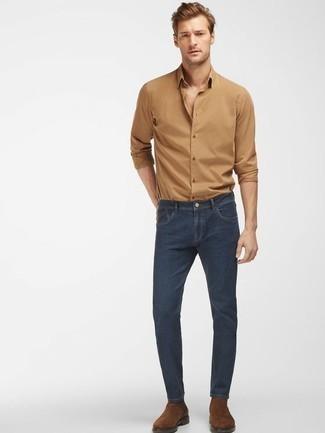 Braune Chelsea Boots aus Wildleder kombinieren: trends 2020: Kombinieren Sie ein beige Langarmhemd mit dunkelblauen Jeans, um einen lockeren, aber dennoch stylischen Look zu erhalten. Heben Sie dieses Ensemble mit braunen Chelsea Boots aus Wildleder hervor.