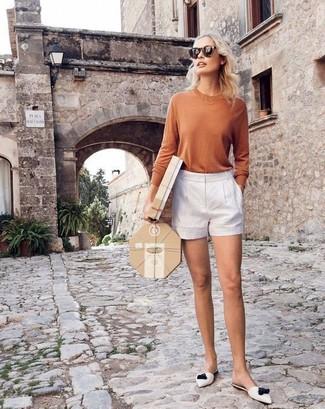 Wie kombinieren: beige Langarmshirt, weiße Shorts, weiße Leder Pantoletten