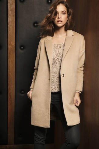 Hellbeige Mantel kombinieren – 540+ Damen Outfits: Probieren Sie diese Paarung aus einem hellbeige Mantel und schwarzen engen Jeans, umeinen modernen Freizeit-Look zu erhalten, der in der Garderobe der Frau nicht fehlen darf.