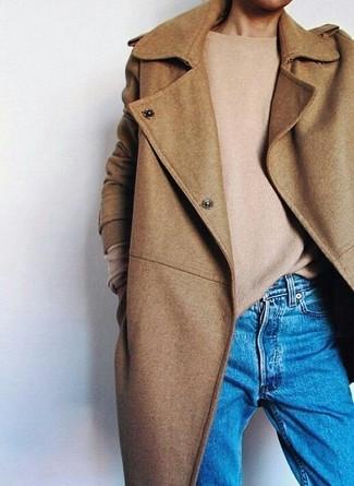 Wie kombinieren: beige Mantel, beige Pullover mit einem Rundhalsausschnitt, blaue Boyfriend Jeans