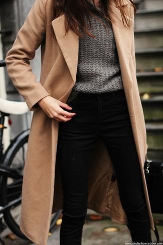 Hellbeige Mantel kombinieren – 540+ Damen Outfits: Ein hellbeige Mantel und schwarze enge Jeans sind super geeignet, um einen lässigen Look zu schaffen.
