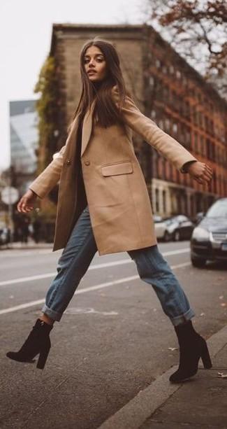 Wie kombinieren: beige Mantel, hellblaue Boyfriend Jeans, schwarze Wildleder Stiefeletten