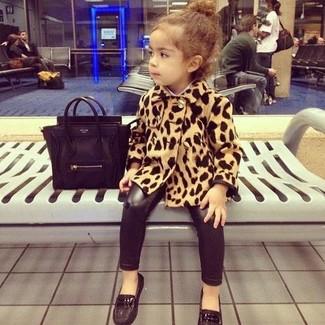 Wie kombinieren: beige Mantel mit Leopardenmuster, schwarze Leggings, schwarze Slipper