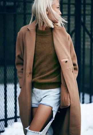 Wie kombinieren: beige Mantel, olivgrüner Pullover mit einem Rundhalsausschnitt, hellblaue Boyfriend Jeans mit Destroyed-Effekten