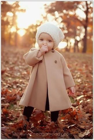 Wie kombinieren: beige Mantel, weiße Mütze, schwarze Strumpfhose