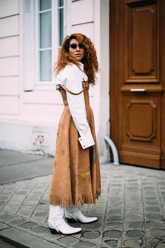 Weiße und schwarze Cowboystiefel aus Leder kombinieren – 5 Damen Outfits: Tragen Sie ein beige Midikleid aus Wildleder und ein weißes Businesshemd, um wahrhaft anspruchsvoll auszusehen. Weiße und schwarze Cowboystiefel aus Leder liefern einen wunderschönen Kontrast zu dem Rest des Looks.