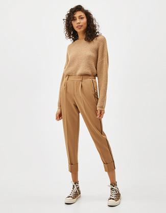 Beige Karottenhose kombinieren – 40 Damen Outfits: Tragen Sie einen beige Pullover mit einem Rundhalsausschnitt und eine beige Karottenhose für ein Alltags-Outfit, das, Charme und Charakter ausstrahlt. Suchen Sie nach leichtem Schuhwerk? Vervollständigen Sie Ihr Outfit mit gelben hohen Sneakers aus Segeltuch für den Tag.