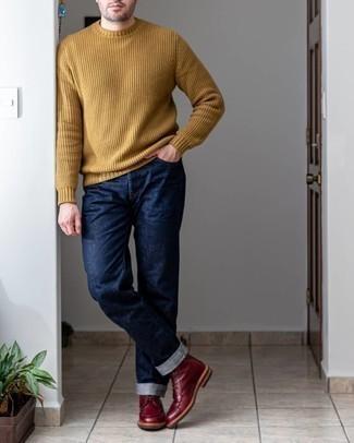 Beige Pullover mit einem Rundhalsausschnitt kombinieren – 500+ Herren Outfits: Kombinieren Sie einen beige Pullover mit einem Rundhalsausschnitt mit dunkelblauen Jeans für einen bequemen Alltags-Look. Fügen Sie eine dunkelrote Lederfreizeitstiefel für ein unmittelbares Style-Upgrade zu Ihrem Look hinzu.