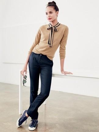 Wie kombinieren: beige Pullover mit einem Rundhalsausschnitt, schwarze Chinohose, dunkelblaue Segeltuch niedrige Sneakers