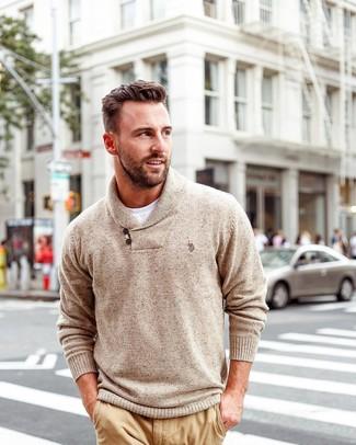 Wie kombinieren: beige Pullover mit einem Schalkragen, weißes T-Shirt mit einem Rundhalsausschnitt, beige Chinohose