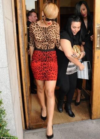 Rihanna trägt Beige Pullover mit Rundhalsausschnitt mit Leopardenmuster, Roter Minirock mit Leopardenmuster, Schwarze Leder Pumps