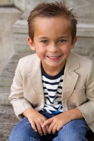 Wie kombinieren: beige Sakko, dunkelblauer horizontal gestreifter Pullover, blaue Jeans